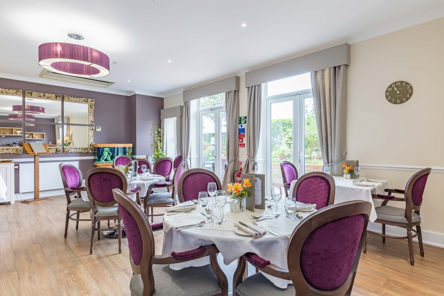 Care home in wimbledon queen 39 s court barchester healthcare for Nursing home dining room ideas