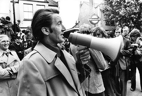Dennis-Skinner-at-a-picket-line-in-Greenwich-in-1977